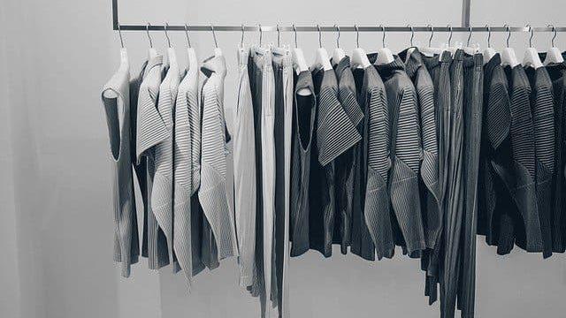 お店の洋服