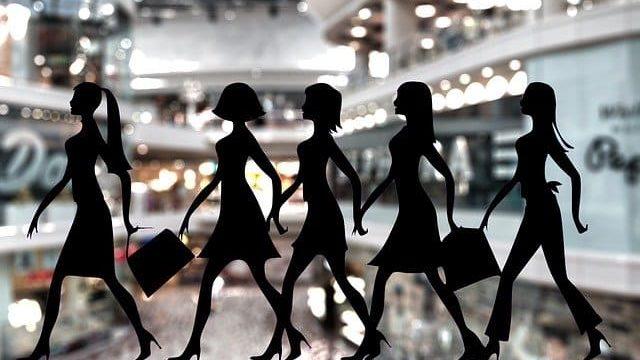 服を買いすぎる女性たち