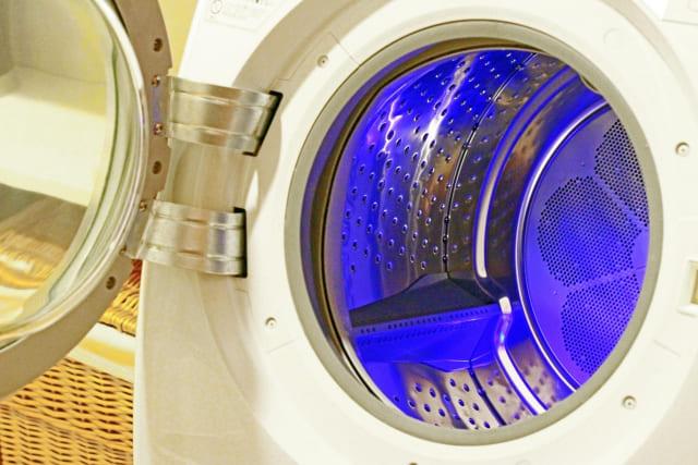 コロナウイルスで洋服を洗濯機除菌する写真