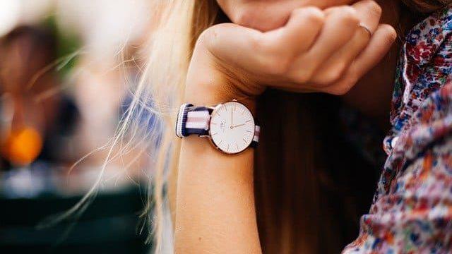 時計レンタル比較している女性