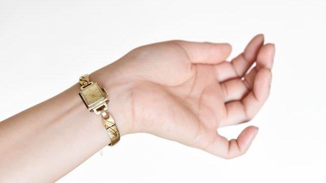 女性用腕時計を手首の内側に付けた