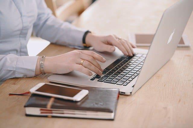 女性の仕事時の腕時計の付け方