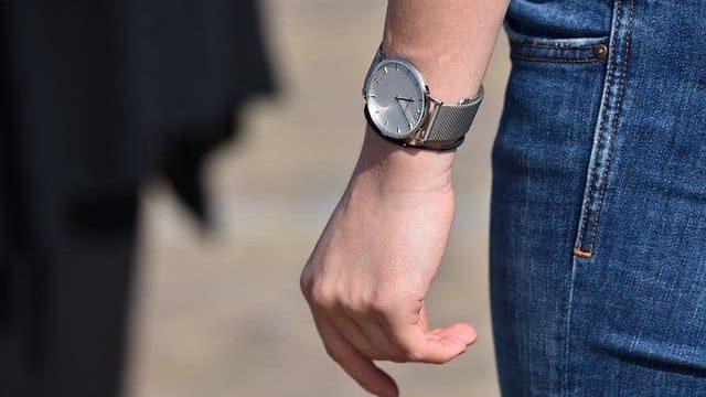 女性用腕時計の付け方