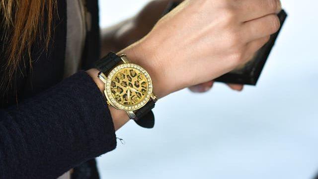 女性の腕時計をつける心理